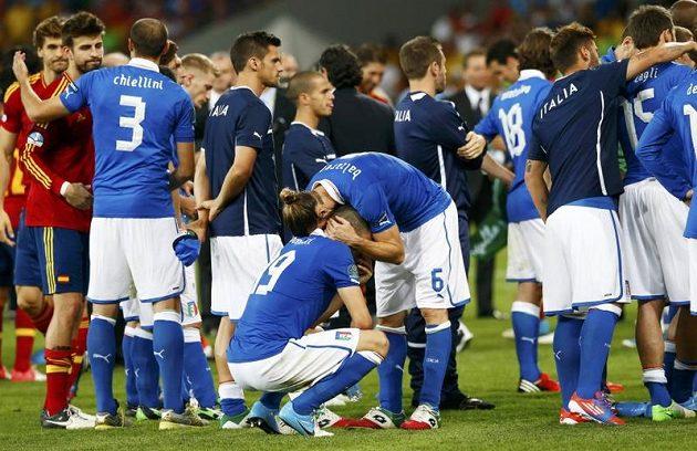 Zničení hráči Itálie po finálové prohře se Španělskem.