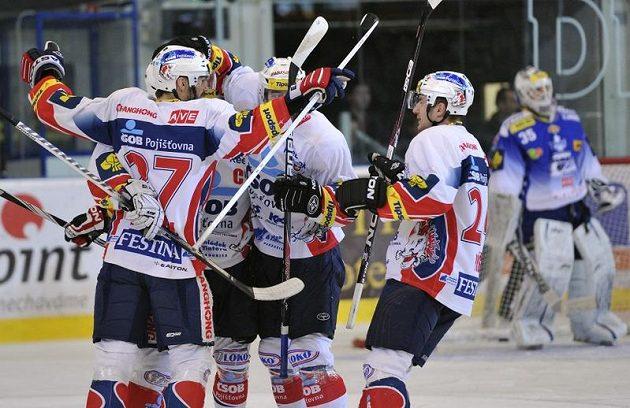 Pardubičtí hráči se radují z prvního gólu v šestém finálovém duelu, vpravo stojí smutný brněnský gólman Jiří Trvaj.