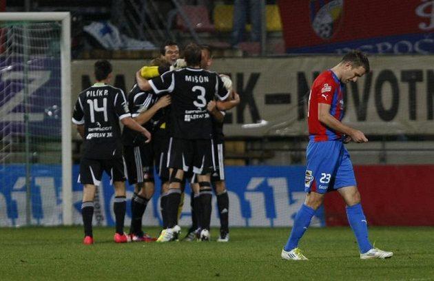 Fotbalisté Příbrami se radují z gólu proti Plzni.