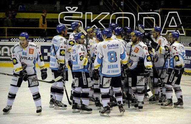 Vítkovičtí hokejisté se radují z vítězství v Litvínově.