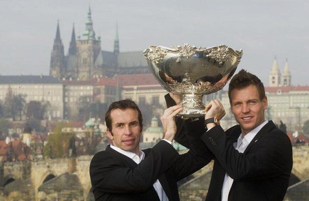 Radek Štěpánek a Tomáš Berdych (vpravo) se v Praze fotografovali s vítěznou trofejí.