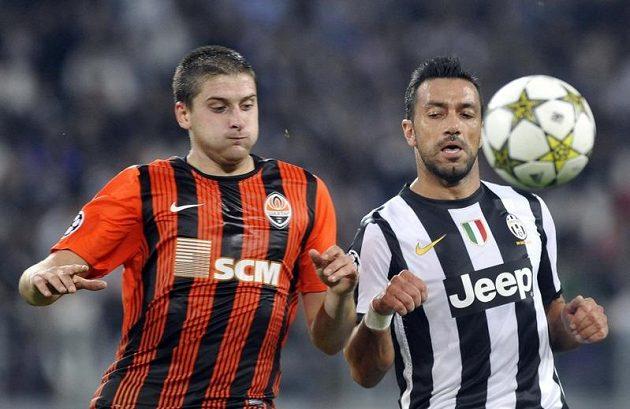Fabio Quagliarella (vpravo) z Juventusu v souboji s Jaroslavem Rakitským ze Šachtaru