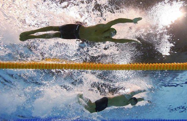 Vítěz závodu na 200 metrů motýlek Chad le Clos (vlevo) z Jihoafrické republiky a stříbrný Michael Phelps ze Spojených států.