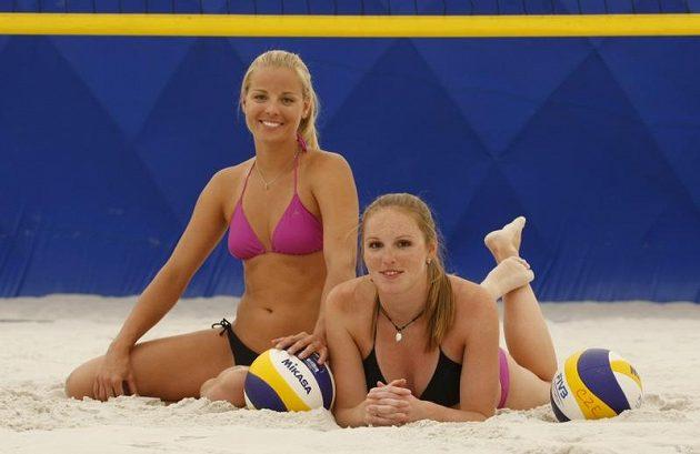 Plážové volejbalistky Kristýna Kolocová (vpravo) s Markétou Slukovou.