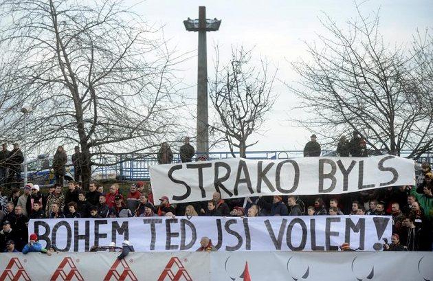Fanoušci během Silvestrovského derby s transparentem reagujícím na angažmá Františka Straky ve Slavii.