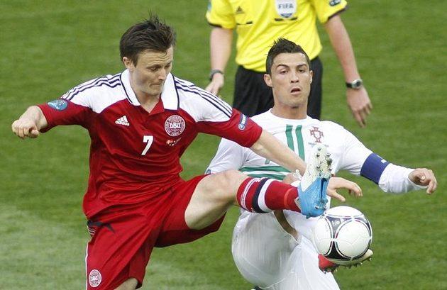 Dánský obránce William Kvist (vlevo) nekompromisně vyrukoval na největší hvězdu soupeře Cristiana Ronalda