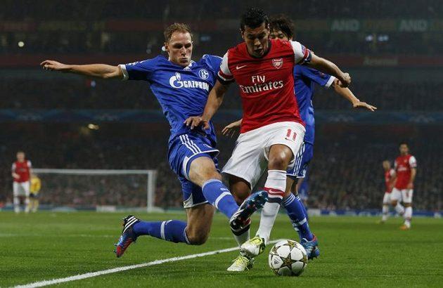Fotbalista Arsenalu Andre Santos uniká obránci německého Schalke 04 Benediktu Höwedesovi.