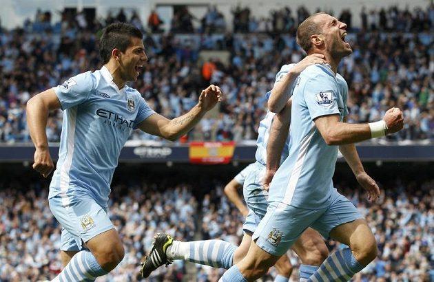 Fotbalisté Manchesteru City se radují z branky v utkání proti Queens Park Rangers.