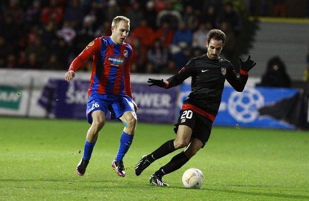 Plzeňský Daniel Kolář a Juanfran z Atlétika Madrid (vpravo) v utkání Evropské Ligy v Plzni.
