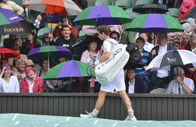 V úvodu třetí sady přerušil wimbledonské finále mužské dvouhry déšť