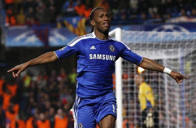 Útočník Chelsea Didier Drogba se raduje z branky.