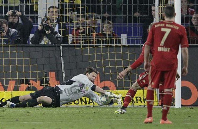 Gólman Borussie Dortmund Roman Weidenfeller chytá penaltu Arjena Robbena z Bayernu Mnichov.