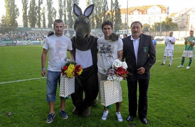 Utkání s Parmou předcházelo slavnostní rozloučení s Markem Niklem (vlevo) a Pavlem Lukášem (druhý zprava), kteří v Bohemians ukončili velmi úspěšnou kariéru. Rozloučil se snimi prezident klubu Antonín Panenka (vpravo).