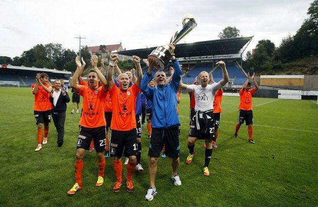 Olomoučtí fotbalisté se radují ze zisku Superpoháru.
