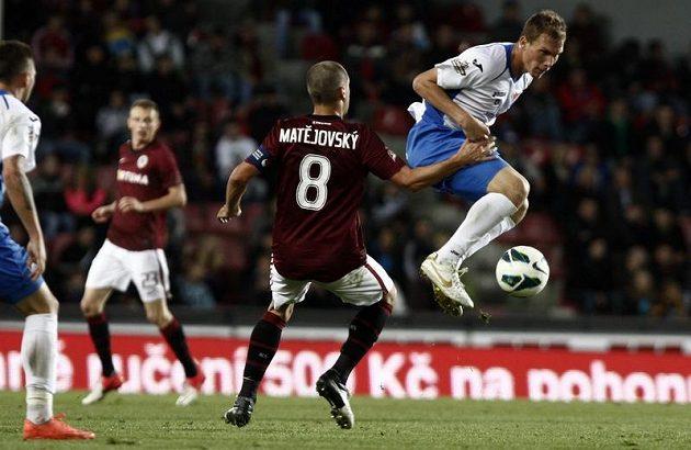 Sparťanský kapitán Marek Matějovský a ostravský fotbalista Tomáš Majtán (v bílém).