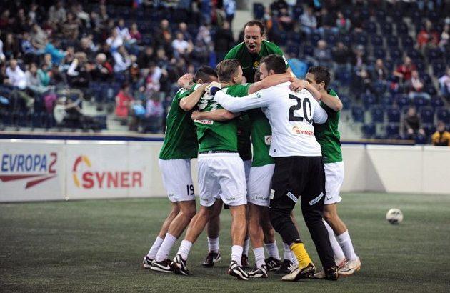 Hráči Jablonce oslavují vítězství na halovém turnaji Indoor Fotbal Cup v liberecké Tipsport areně.