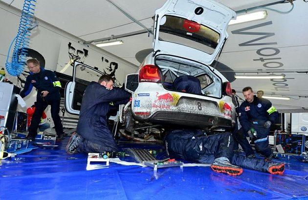 Polo WRC Sébastiena Ogiera v obležení mechaniků při jednom ze servisů během Rallye Monte Carlo 2013.