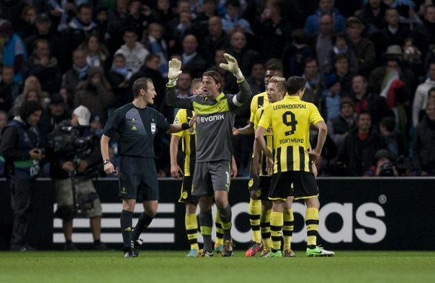 Pavel Královec v obležení fotbalistů Borussie Dortmund, kteří protestují proti jeho rozhodnutí. Český sudí se nerozpakoval a odvážně odpískal pokutový kop v samém závěru utkání.