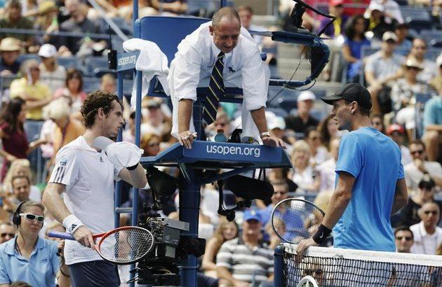Tenisté Andy Murray a Tomáš Berdych se dohadují s rozhodčím poté, co britskému tenistovi během výměny v semifinále US Open spadla čepice.