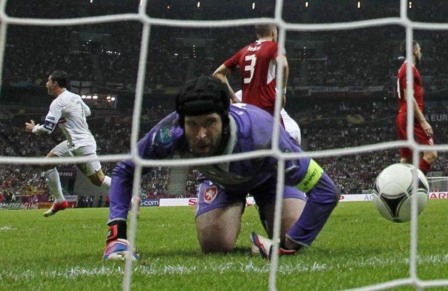 Slibovaný kousek Ronalda je tady. Petr Čech bezmocně hledí na balón, který za jeho záda poslal právě nagelovaný ostrostřelec. Rozhodující okamžik čtvrtfinále.