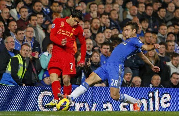 Liverpoolský Luis Suárez (vlevo) bojuje o míč s Cesarem Azpilicuetou z Chelsea.
