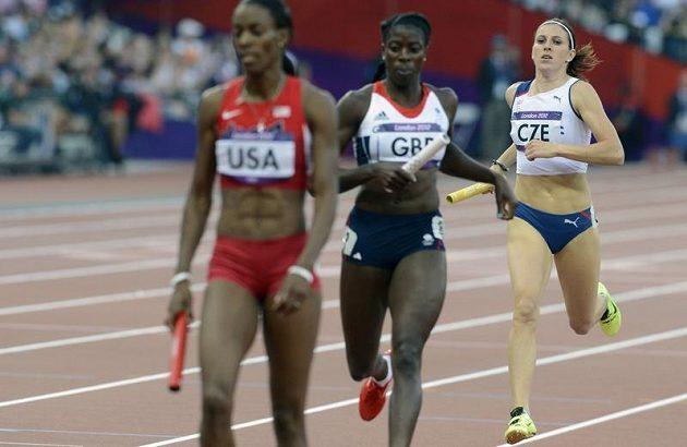 Zuzana Hejnová (vpravo) dobíhá do cíle semifinálového rozběhu štafety na 4x400 metrů.