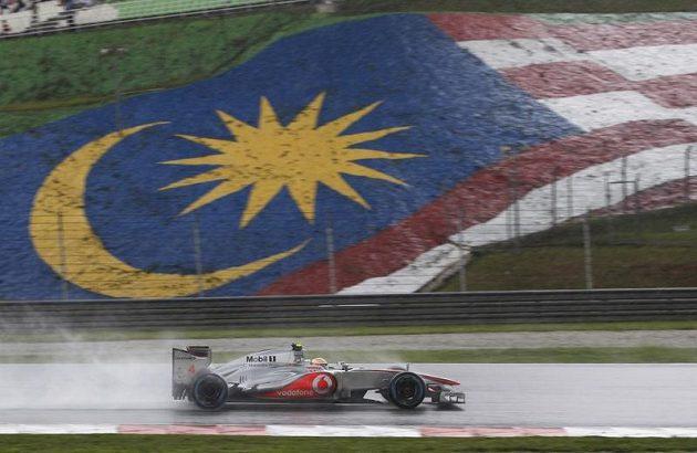 Brit Lewis Hamilton na trati deštivé Velké ceny Malajsie.