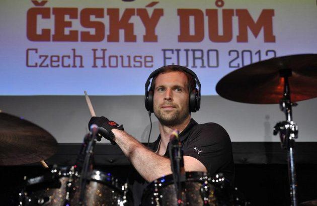 Hvězdou programu v Českém domě byl Petr Čech. Předvedl se se svojí kapelou za bicími.
