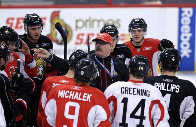 Milan Michálek (č. 9) poslouchá pokyny Paula MacLeana, trenéra ottawských Senátorů.