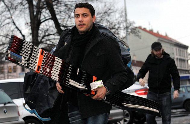 Brankář Ondřej Pavelec (vpředu) a Jakub Voráček přícházejí na sraz hokejové reprezentace.
