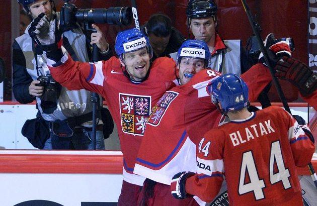 Zleva český útočník Milan Michálek (střelec) a obránci Jakub Nakládal a Miroslav Blaťák se radují z rozhodujícího gólu.
