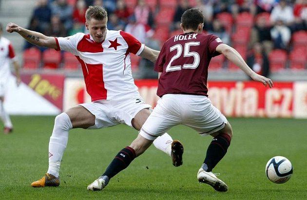 Sparťan Holek obchází slávistu Blažka v pražském derby.