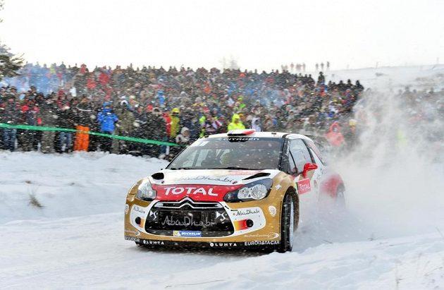 Sébastien Loeb s Citroënem DS3 WRC na trati Rallye Monte Carlo 2013. Na výkon devítinásobného světového šampióna se k trati přišly podívat desetitisíce fanoušků.