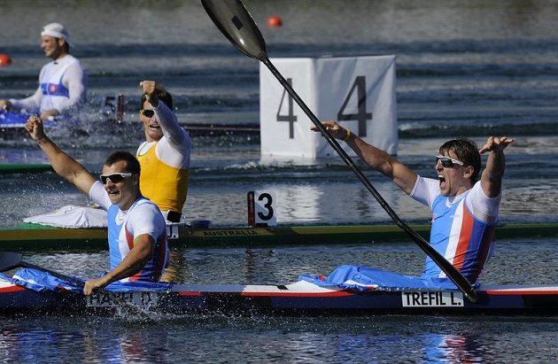 Ruce nad hlavou, bronz je doma! První dva muži čtyřkajaku Daniel Havel (vpředu vlevo) a Lukáš Trefil oslavují zisk olympijské medaile.