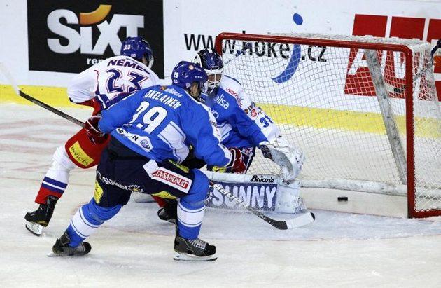Ondřej Němec z ČR (vlevo) dává první gól Finům, vpředu zády Niko Kapanen, vpravo vzadu brankář Petri Vehanen.