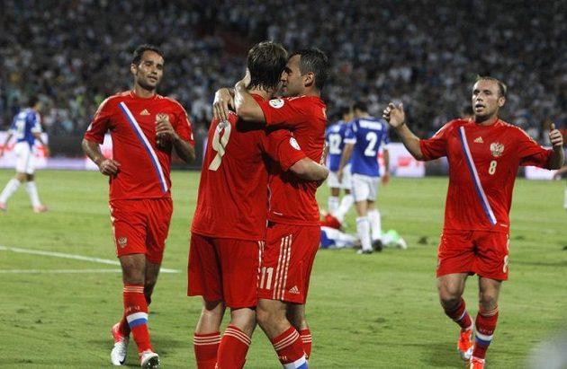 Fotbalisté Ruska slaví druhý gól do sítě Izraele. Druhý zleva je úspěšný střelec Alexandr Kokorin.