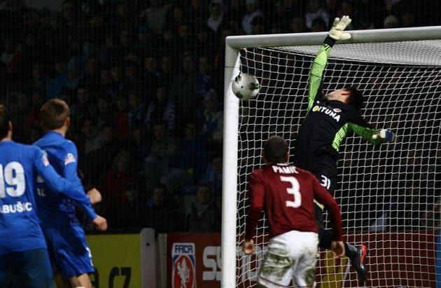 Sparťanský brankář Vaclík inkasuje gól od libereckéhio Šurala.