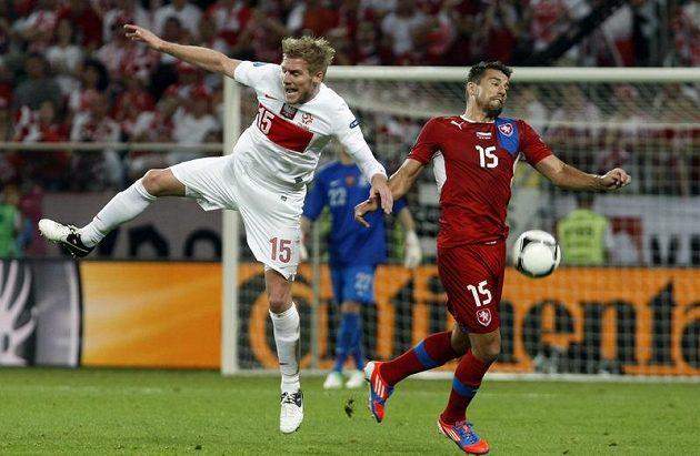 Milan Baroš (vpravo) bojuje o míč s Perquisem z Polska.