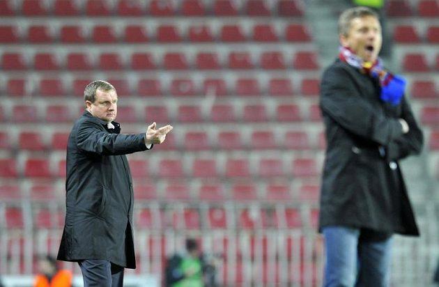 Plzeňský trenér Pavel Vrba (vzadu) mohl být na Letné spokojen, za to domácí kouč Martin Hašek musel překousnout prohru.