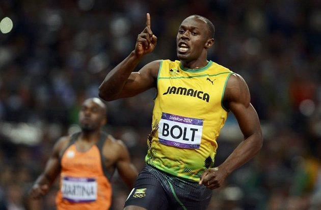 Jsem jednička! Usain Bolt v cíli londýnské stovky. Stejně jako v Pekingu první.