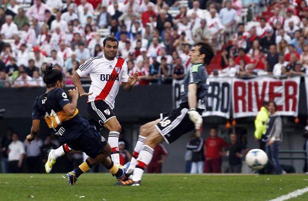 Záložník Boky Juniors Walter Erviti střílí vyrovnávací gól.