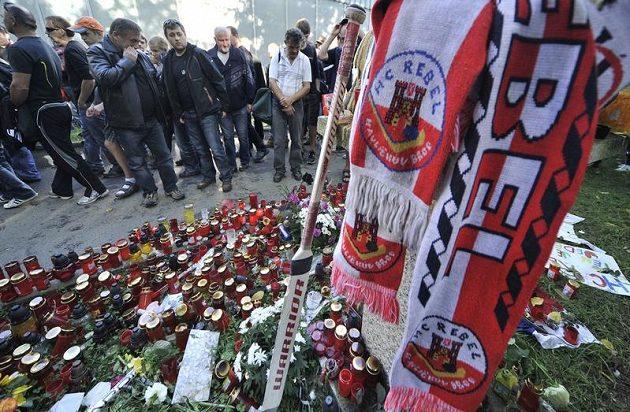 Před halou v Havlíčkově Brodě plály svíčky za Josefa Vašíčka ještě dlouho po tragédii.