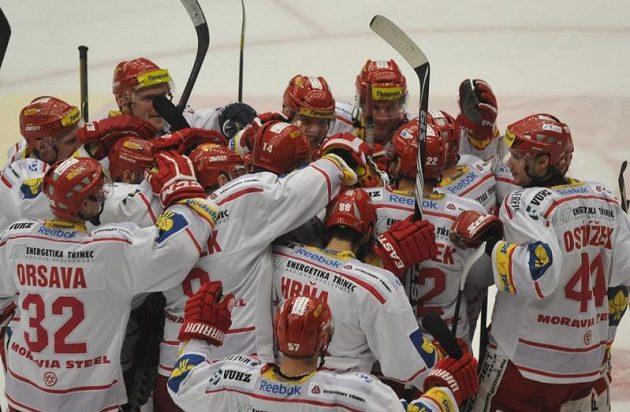 Radost třineckých hokejistů po vítězství ve druhém utkání předkola play-off ve Zlíně.