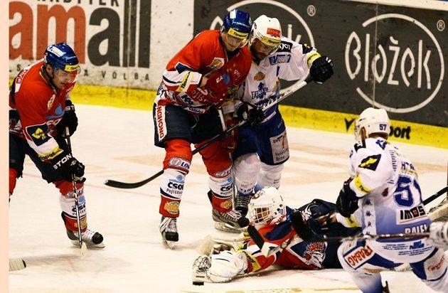 Šance brněnských hokejistů před brankou Pardubic