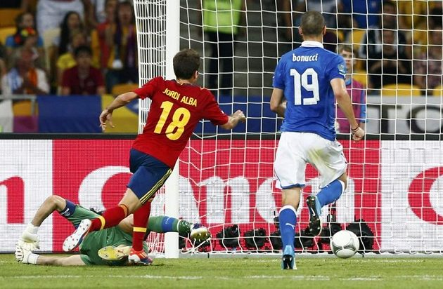 Jordi Alba (uprostřed) střílí druhý gól Španělska ve finále ME proti Itálii.