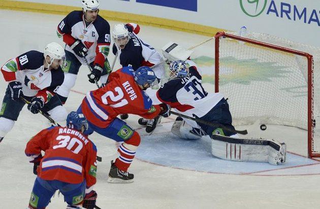 Jakub Klepiš (v červeném dresu s číslem 21) střílí první gól v utkání proti Slovanu Bratislava.
