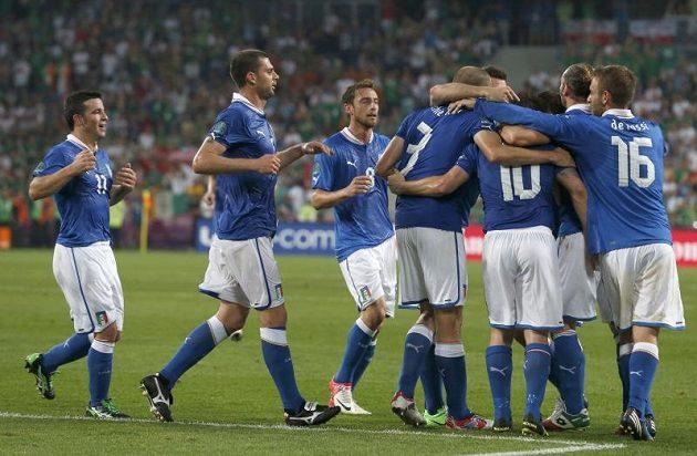 Italští fotbalisté se radují z branky do irské sítě.