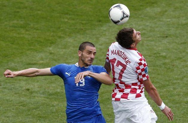 Ital Leonardo Bonucci (vlevo) v souboji s Mario Mandžukičem z Chorvatska