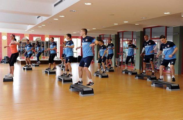 Fotbalisté Sparty Praha při aerobiku v rámci kondičního soustředění