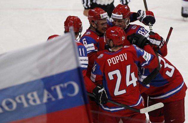 Ruští hokejisté se radují z gólu ve finále MS proti Slovensku.